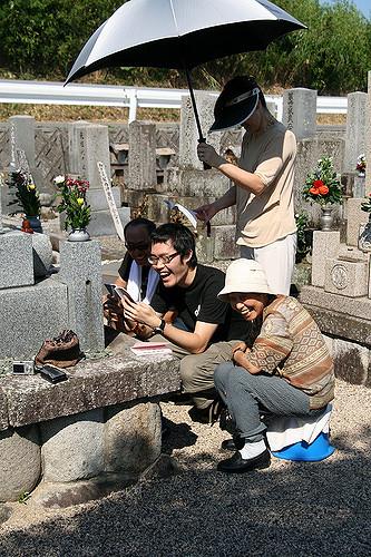墓参りをする家族