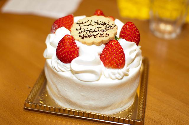 ホールのショートケーキ